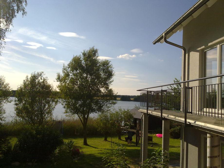 Blick an der Südseite des Hauses zum See & Bootshaus