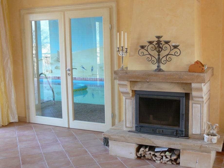 Kamin im Wohnbereich - Blick zum Pool vom Wohnbereich