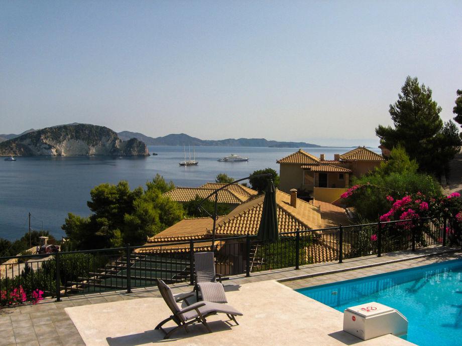 Blick von unserem Panoramapool über die Bucht zur Insel
