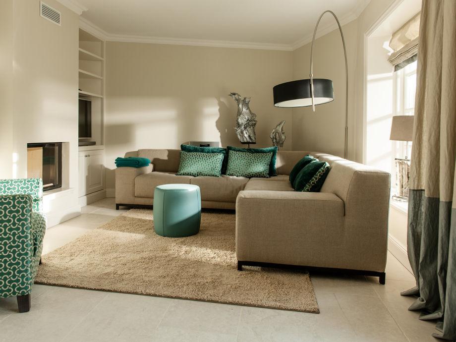 gemütliche Sitzecke mit Flat TV und Kamin