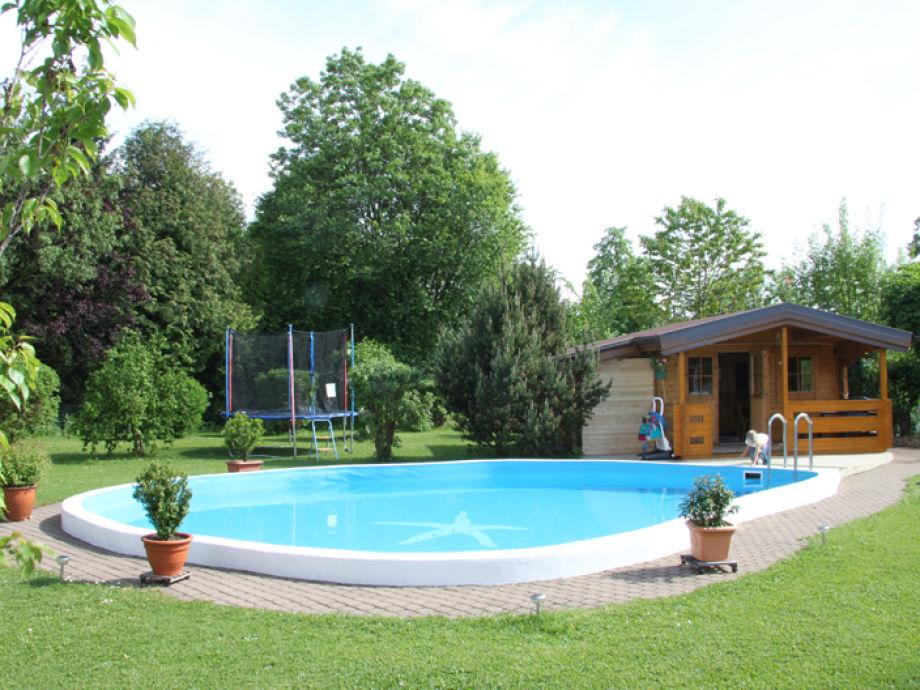 Pool im hauseigenen Garten mit Saunahäuschen