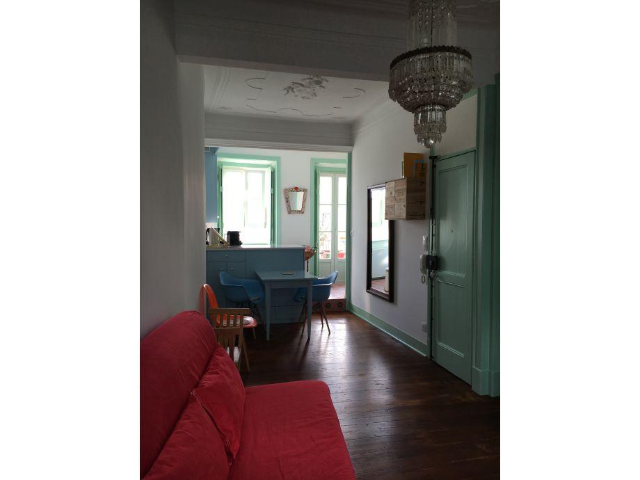 Wohnzimmer Blick zu Küche u. Balkon