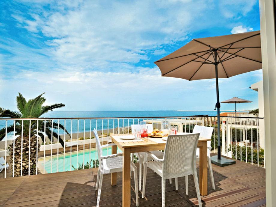 Ausblick vom Balkon auf das Meer und den Pool