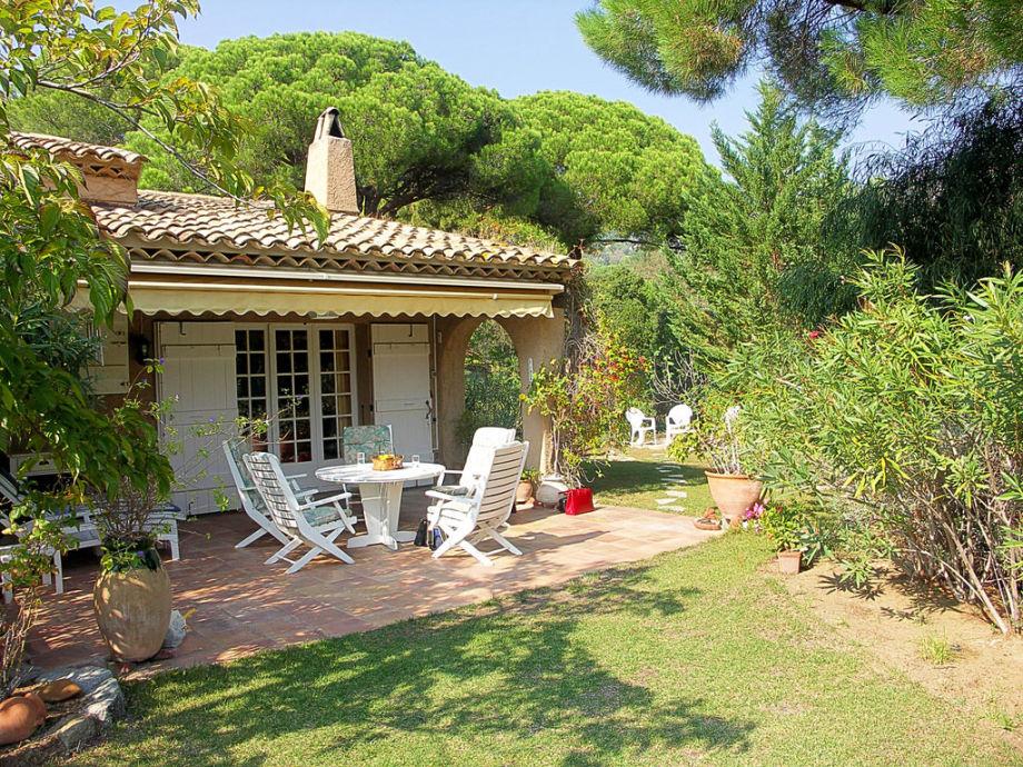 Terrasse mit Gartenmöbel und Liegen