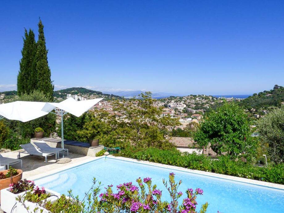 Blick von der Villa mit Pool in Vallauris