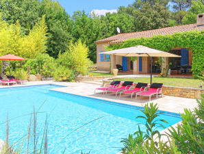 Holiday house with pool in the backup area of the coast