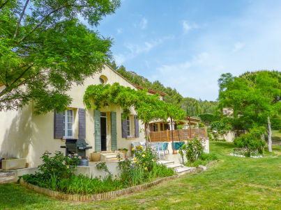with pool and views of Mount Sainte-Victoire