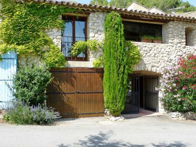 with a courtyard in the Luberon