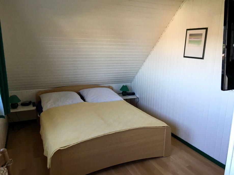 Fernseher An Der Wand Im Schlafzimmer : Schlafzimmer mit Fernseher ...