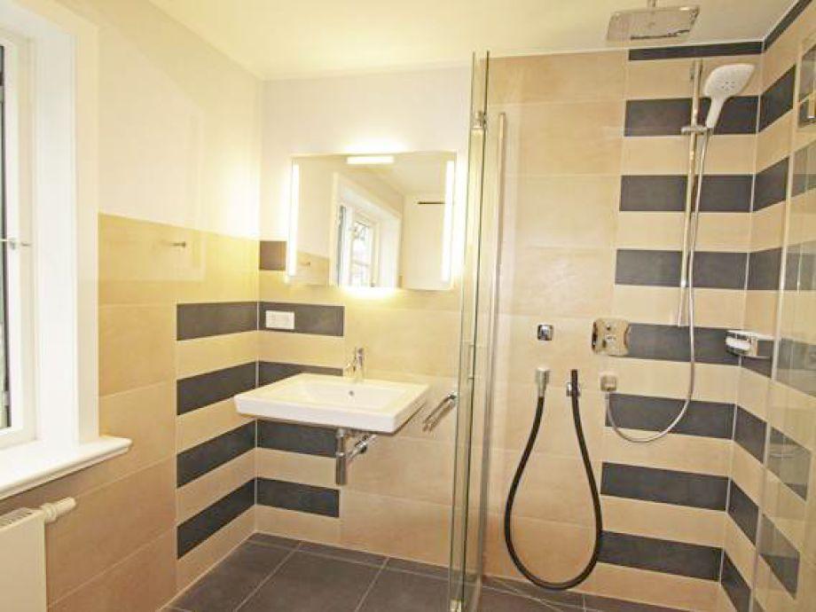 Das zweite schlafzimmer im obergeschoss sehr schönes und modernes bad