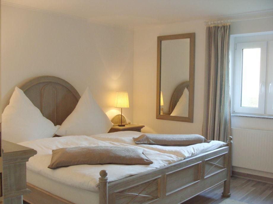Schlafzimmer mit hochwertigen Möbeln