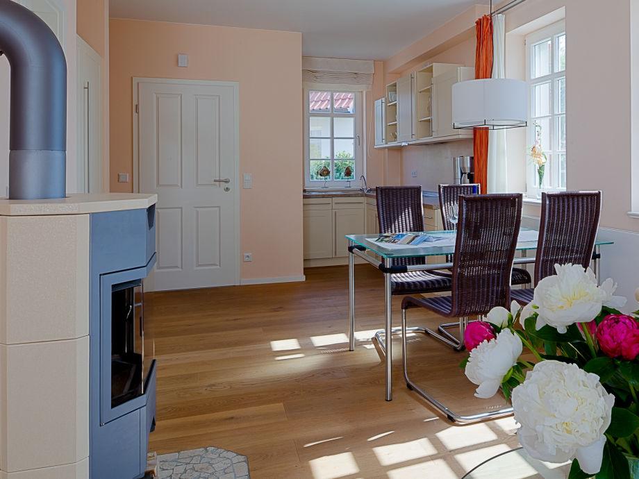 gemütlicher Wohnbereich in sonnigen Farben