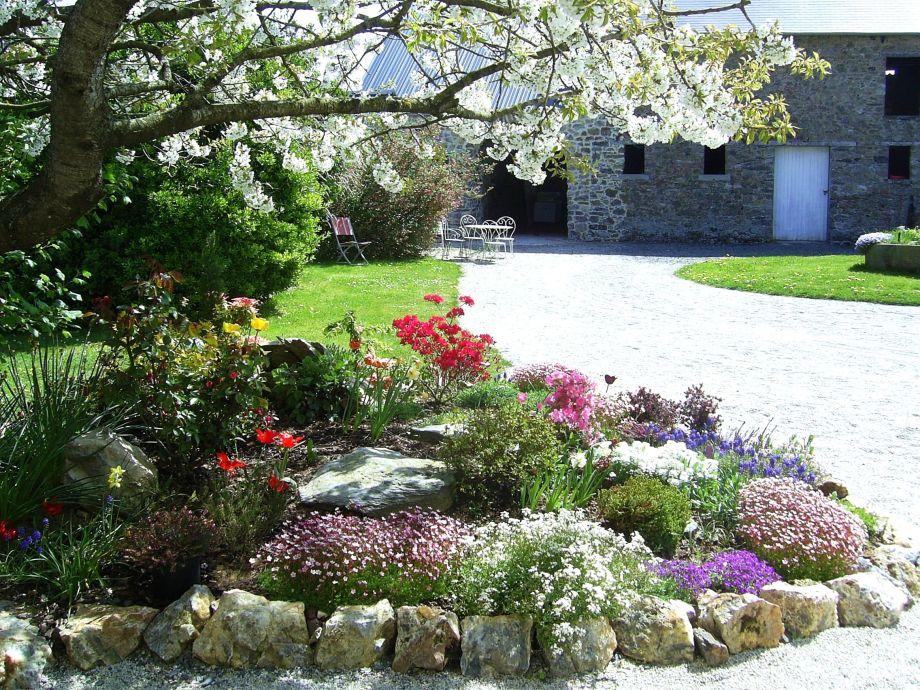 Steingarten mit Blick auf die Scheune