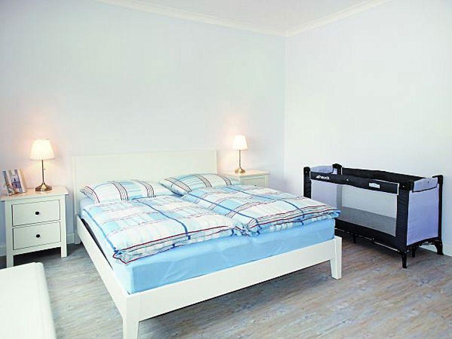 Doppelbett und Kinderbett