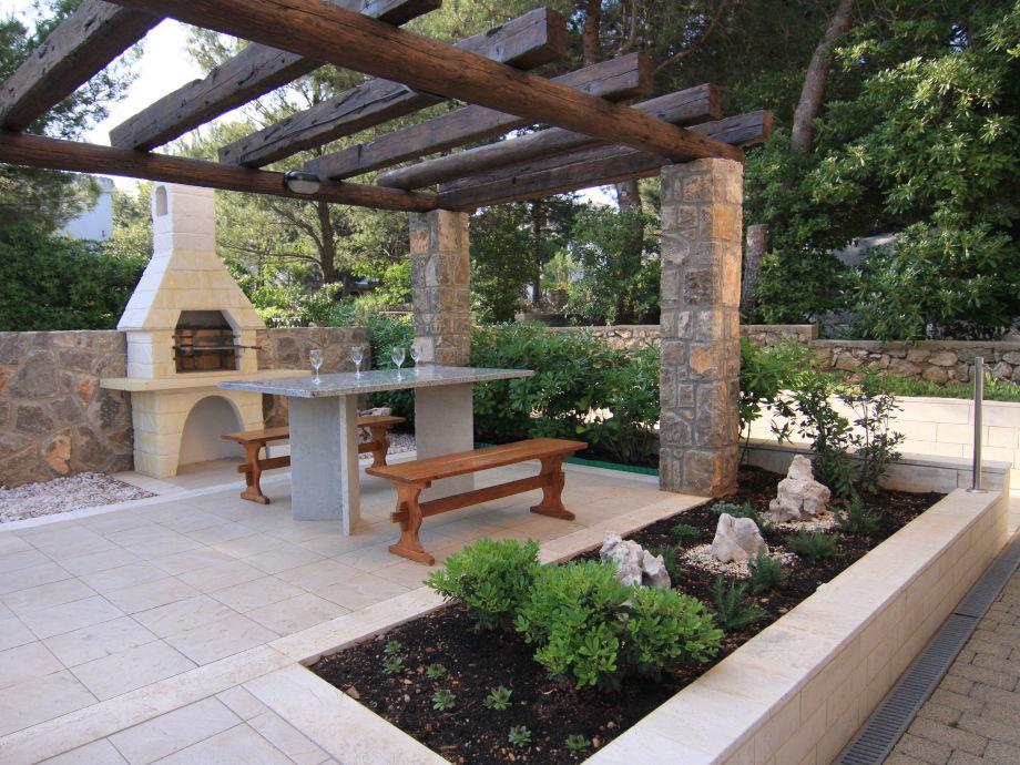 Terrassensitzgruppe mit Grillkamin