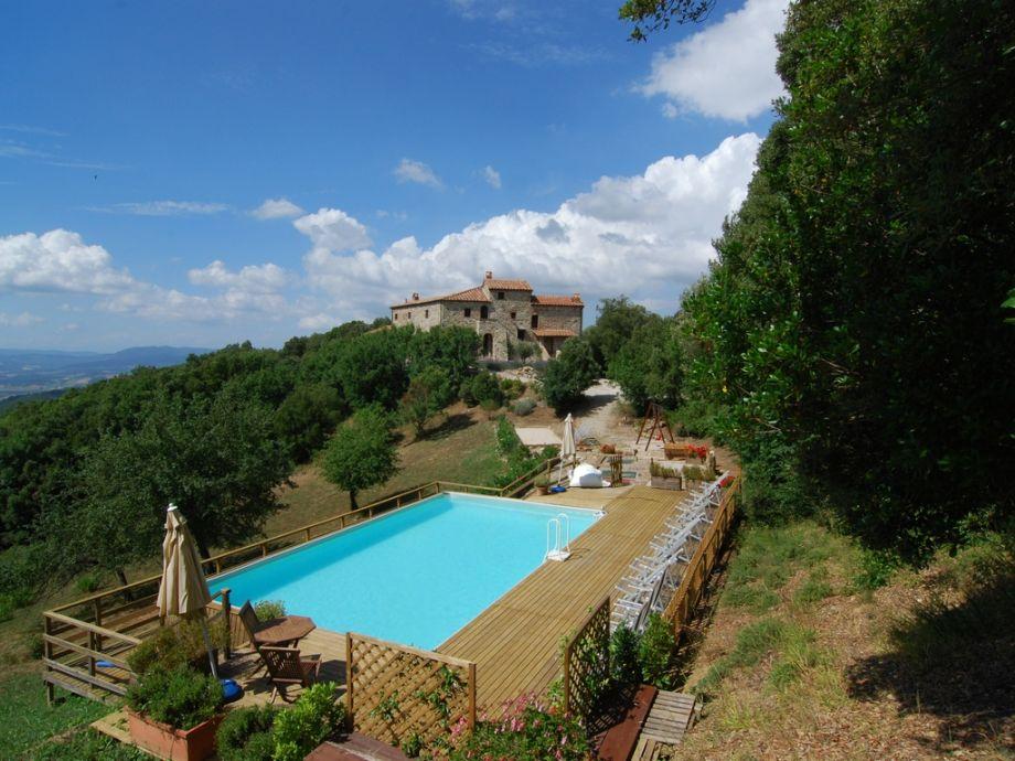 """Schloss """"Francesco"""" von Swimmingpool gesehen"""