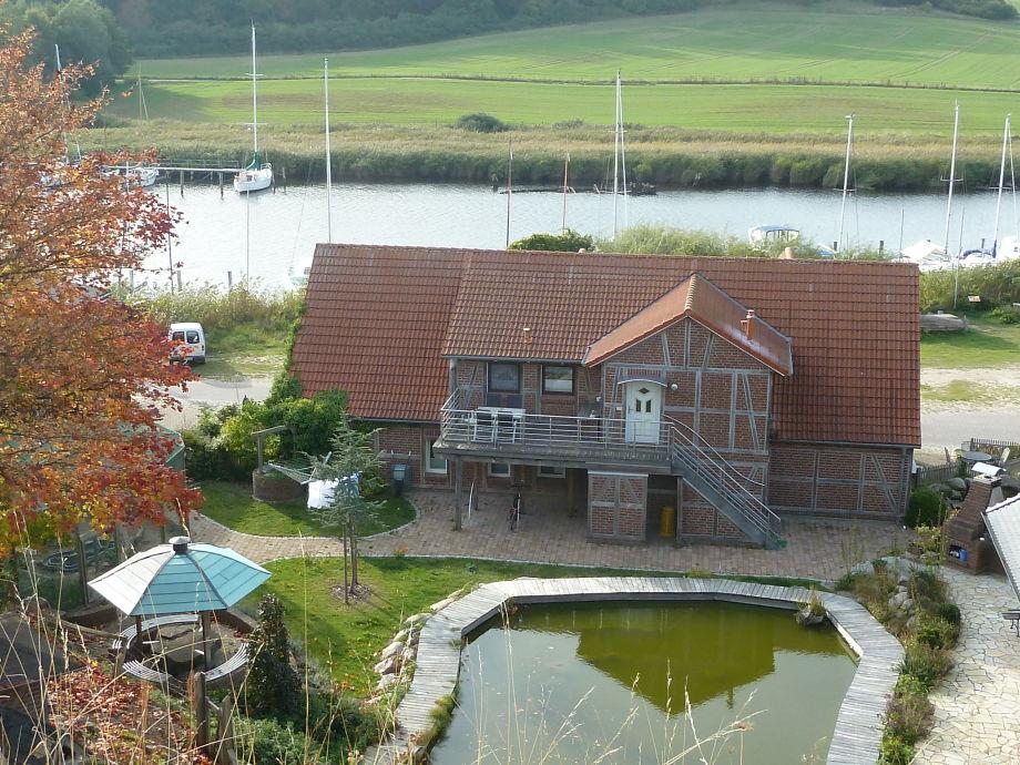 Haus vom Hang mit Blick zum Hafen