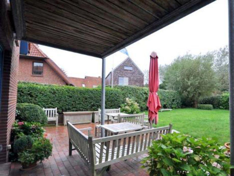 Große Terrasse und Garten
