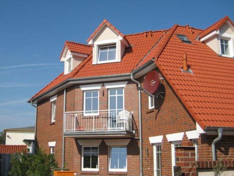 Ferienhausansicht mit blauem Himmel