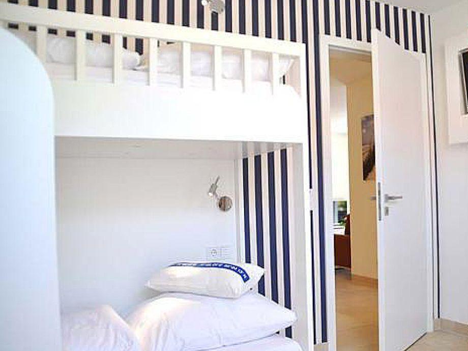 Romantische waschbecken beim : Kinderzimmer mit zwei hochbetten kleiner sitzecke und