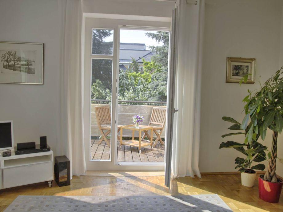 Blick vom Wohnzimmer auf den Balkon