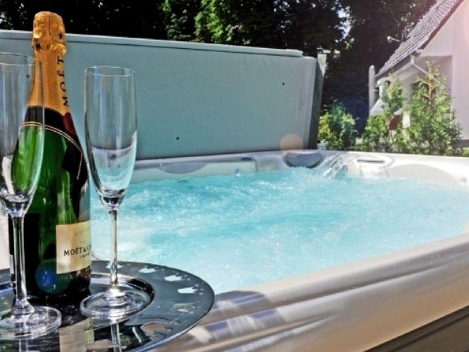 Genießen Sie den 37°C warmen Außenwhirlpool