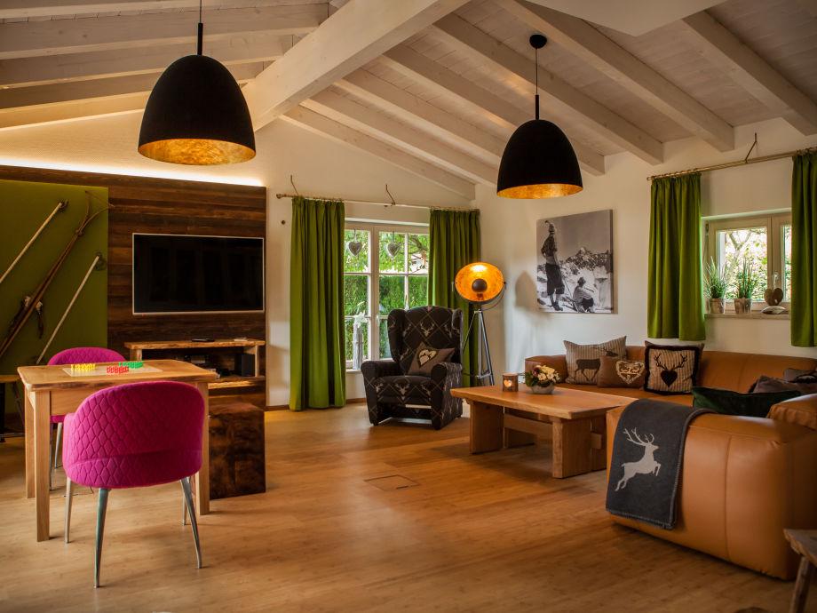 Alpines Wohnzimmer mit angefertigtem Spieletisch