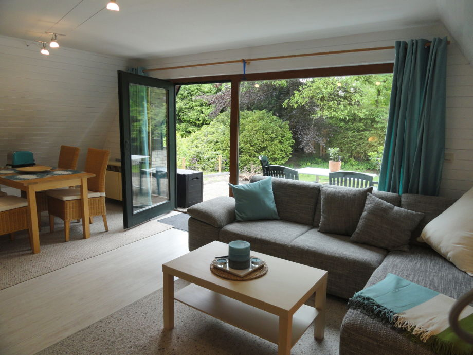 Wohnzimmer Mit Essecke Und Dirktem Zugang Zur Terrasse