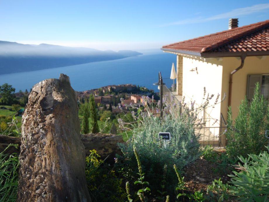 Blick am Haus vorbei auf den See