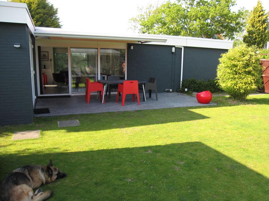 Die Terrasse mit Gartenmöbel