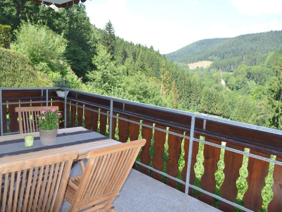 Der überdachte Balkon mit herrlichem Ausblick