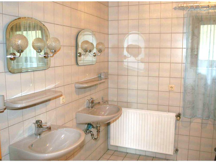 Großes Badezimmer, 2 Waschbecken, Dusche, Badewanne