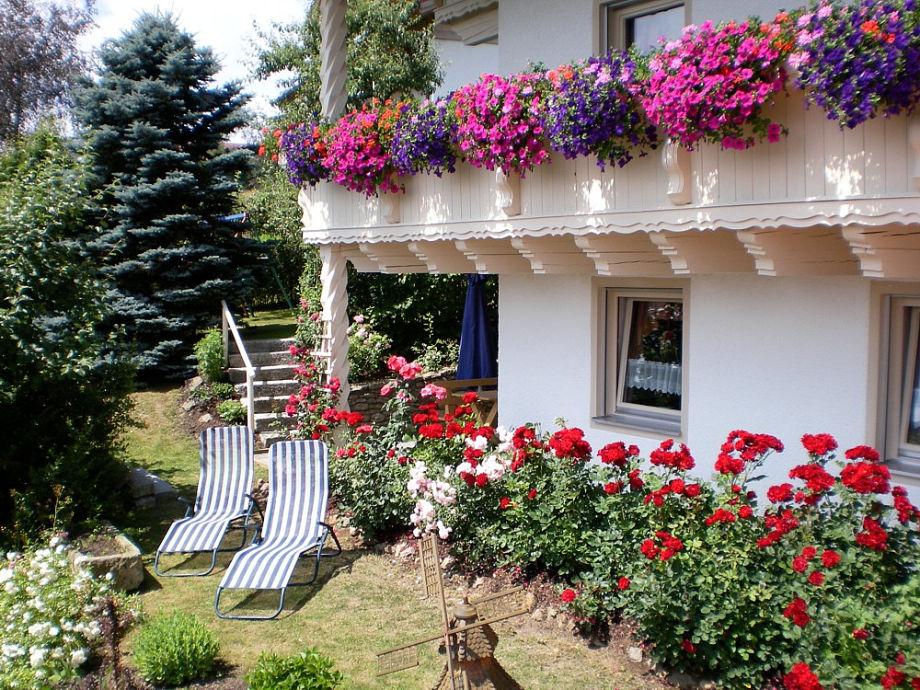 Terrasse 1 mit Zugang zum Garten