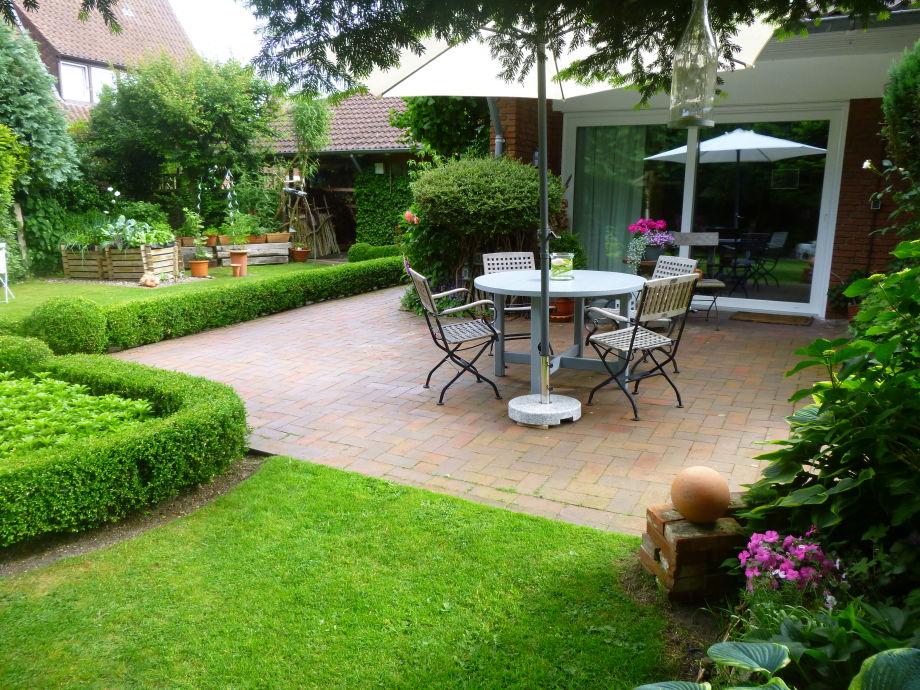 ..gemütliche Sitzecke im Landhausgarten....