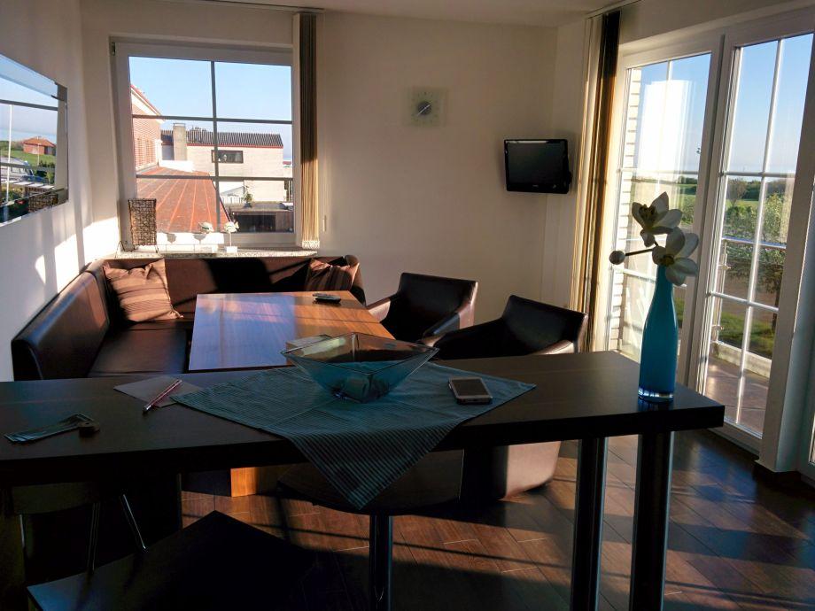 Esstisch mit Seeblick aus allen Fenstern