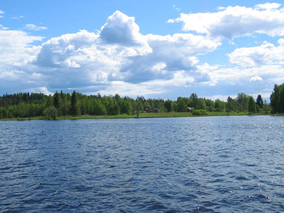 Blick vom See auf das Schweden Ferienhaus Bullerbü