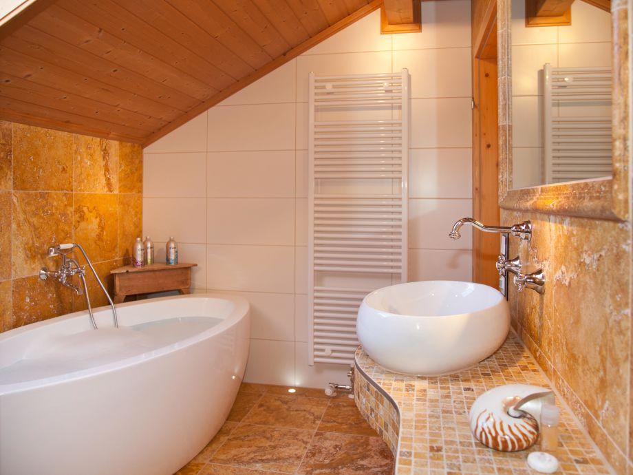 Blick aus der Antik-Marmor Regendusche mit großer Badew