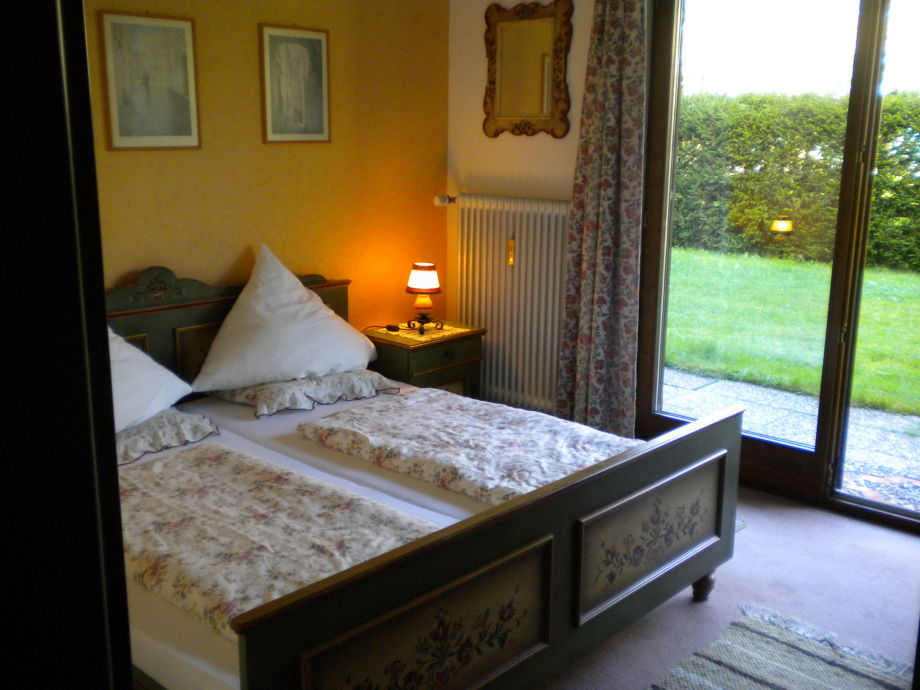 Voglauer- Schlafzimmer mit Zugang zu Terrasse und Liege