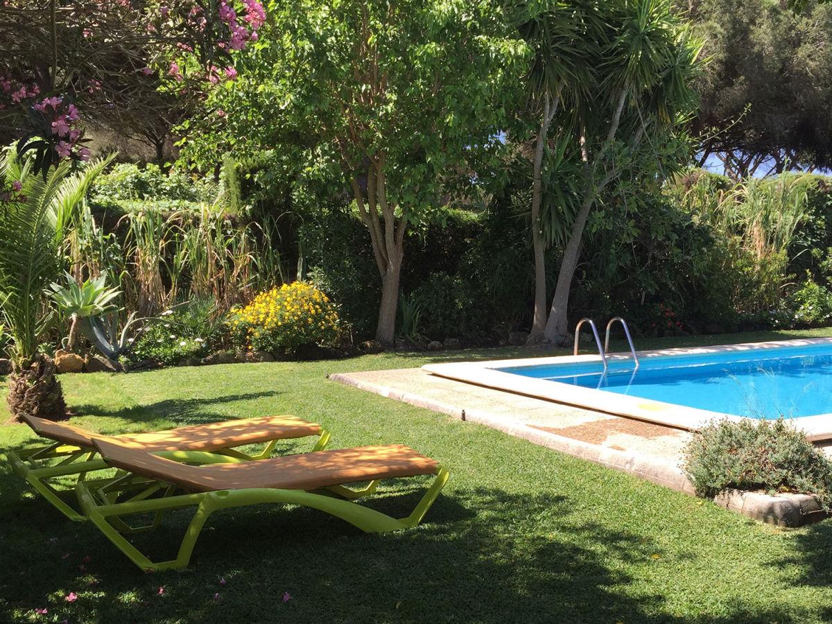 Villa campo de dani conil de la frontera firma for Garden pool loungers