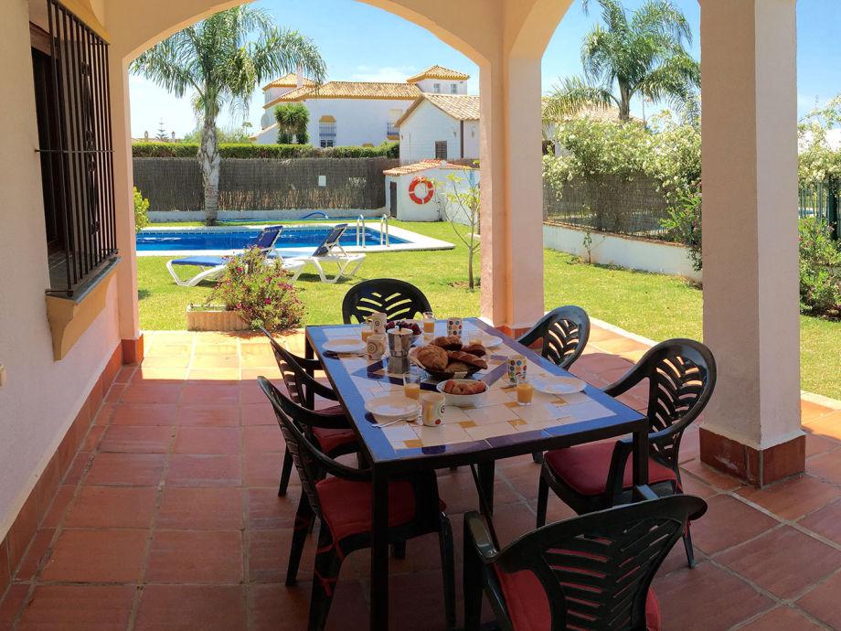 Terrasse mit Bögen nahe am Pool