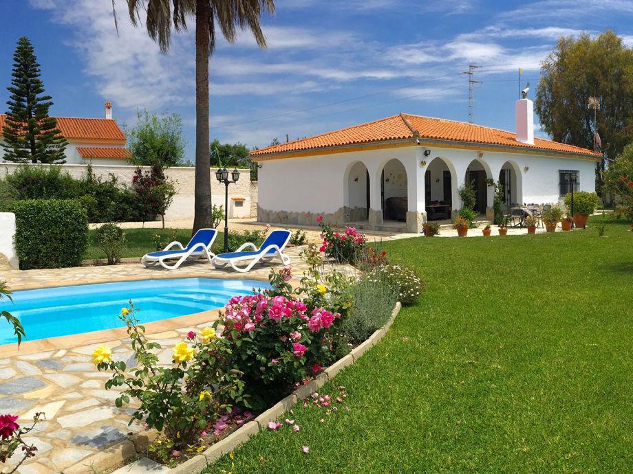 Villa, Garten, Pool und Rosen