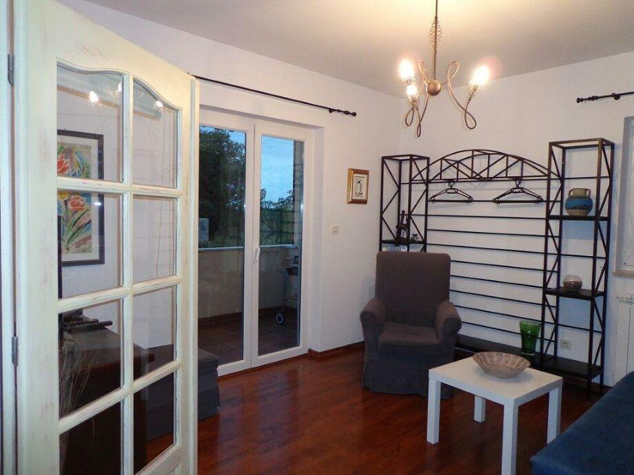 Wohnzimmer und Ausgang zum Balkon