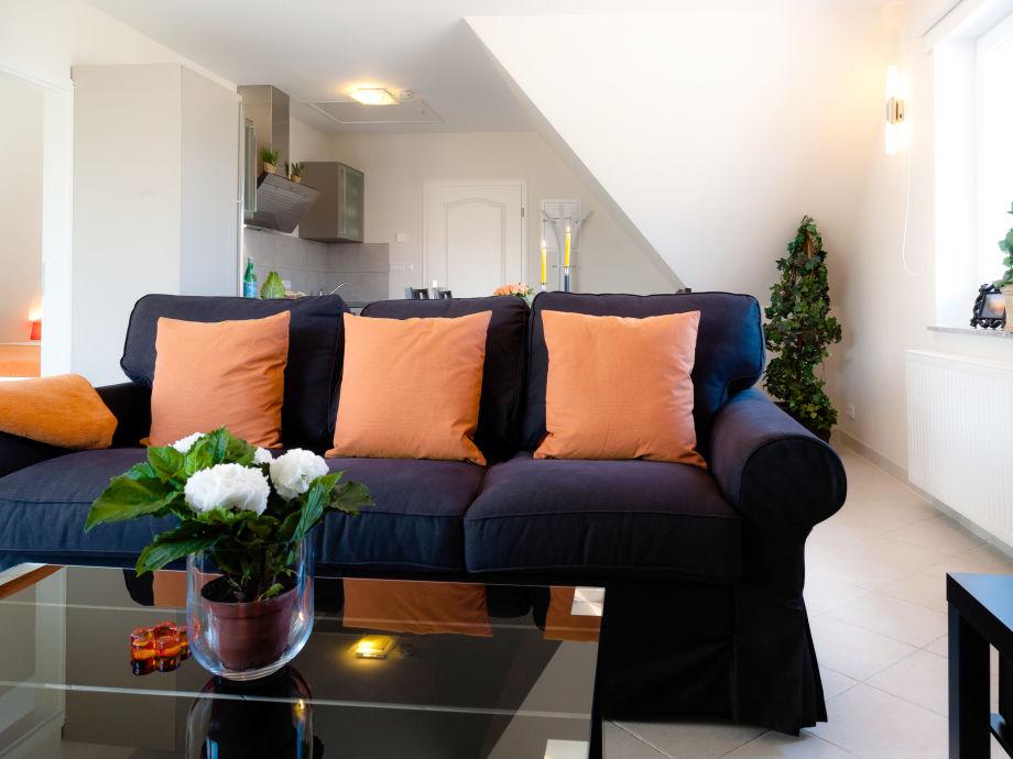 Wohnraum mit gemütlichem Sofa