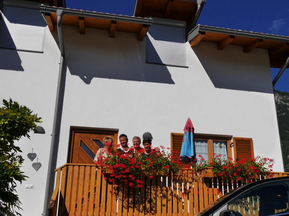 Mit Gästen vor dem Balkon der Ferienwohnung Golden