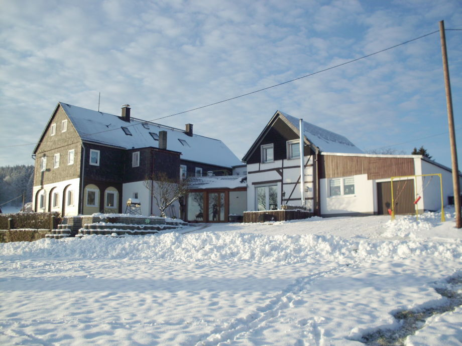 Unser Haus mit Nebengebäuden im Winter
