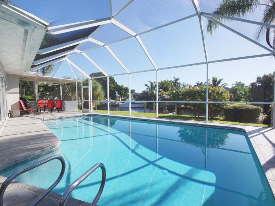 eintauchen und wohlfühlen im Pool der Ferienvilla