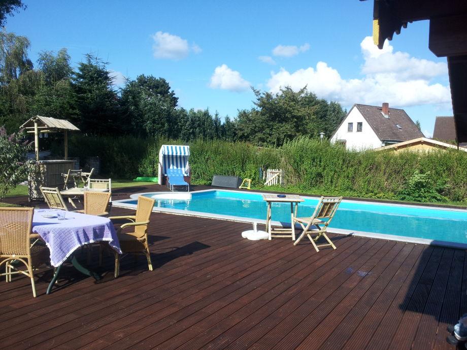 Pool mit großer Terrassenanlage