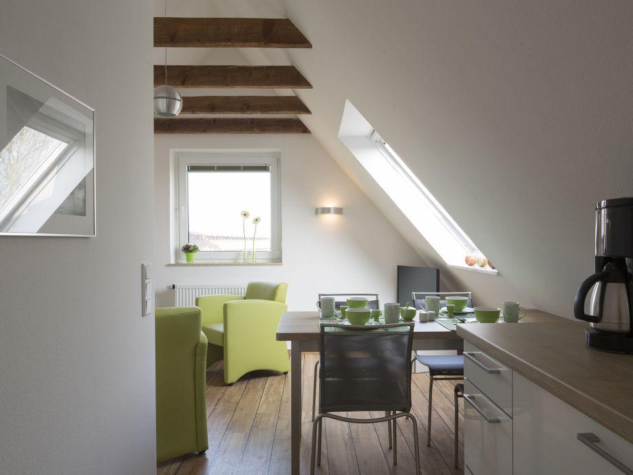 Blick in den Wohnbereich mit Essplatz