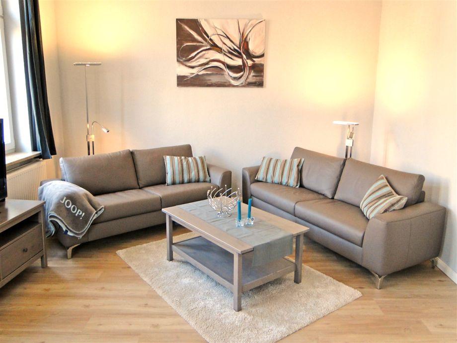 Großer, heller, moderner Wohnraum mit bequemer Couch