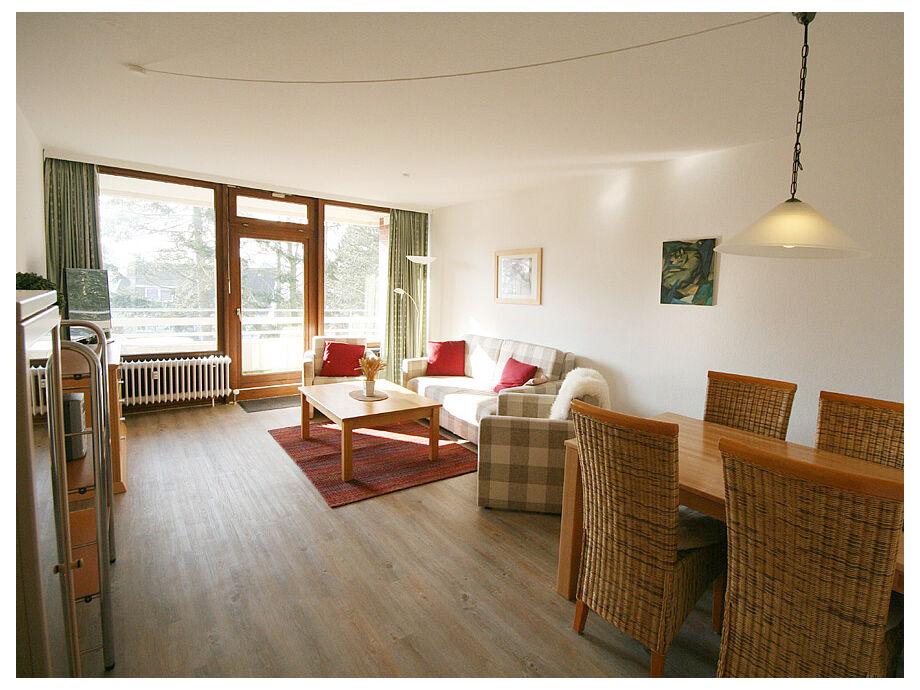 Heller Wohnraum mit Zugang zum Balkon